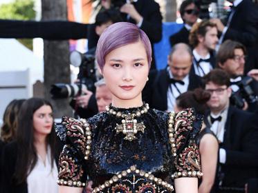 李宇春巧克力色唇妆搭配紫色头发 华丽又神秘