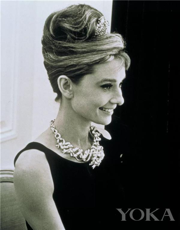 奥黛丽·赫本佩戴蒂芙尼传奇黄钻缎带项链(图片来源于品牌)