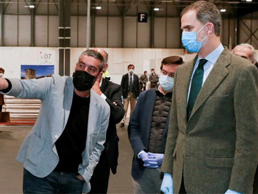 西班牙国王戴口罩手套视察方舱医院