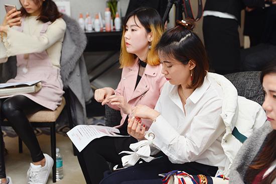 媒体和美容达人现场体验MINON蜜浓产品的温和质地