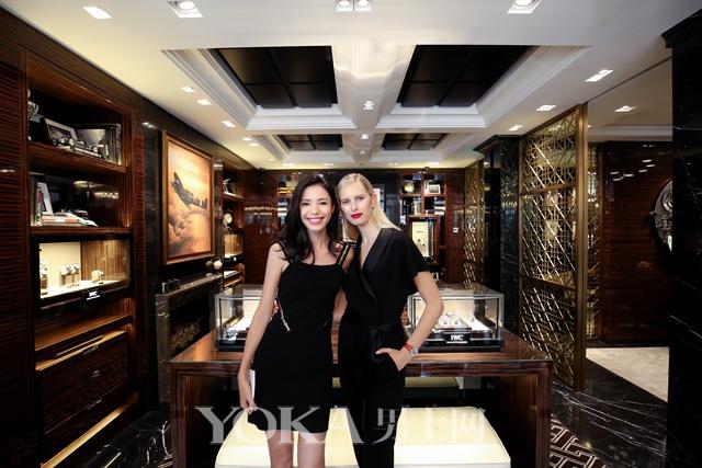 主持人linda和iwc万国表品牌大使karolina kurkova于上海南京西路旗舰店内合影