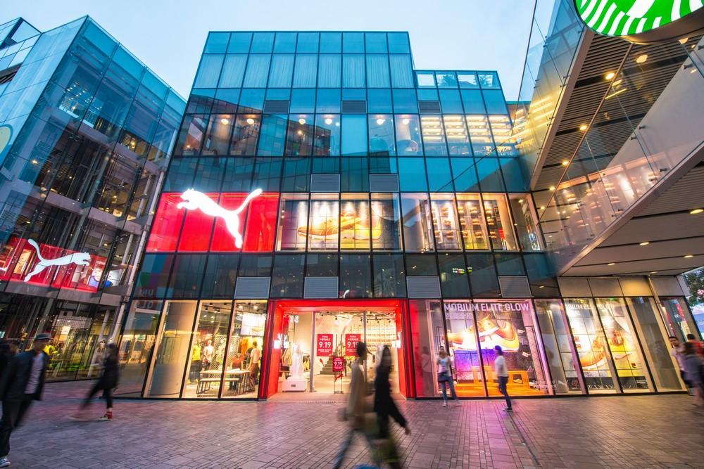 2013年9月18日,国际知名动感生活品牌PUMA三里屯太古里旗舰店历经重新装潢后,在京城潮人集聚地重张迎客。此次重张的PUMA三里屯太古里旗舰店中,专业运动和生活时尚两大产品系列首次分层展示,将顶级科技打造的专业运动系列和诠释经典与时尚的动感生活系列产品在焕然一新的两层店铺中一一呈现,向每一位PUMA的忠实拥趸提供全方位的动感购物体验。